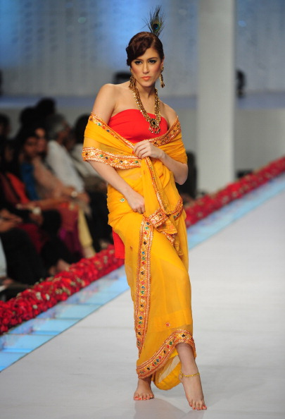 Показ коллекции от Shaiyanne Malik Пакистанской недели моды. Фото: Photo credit should read ASIF HASSAN/AFP/Getty Images