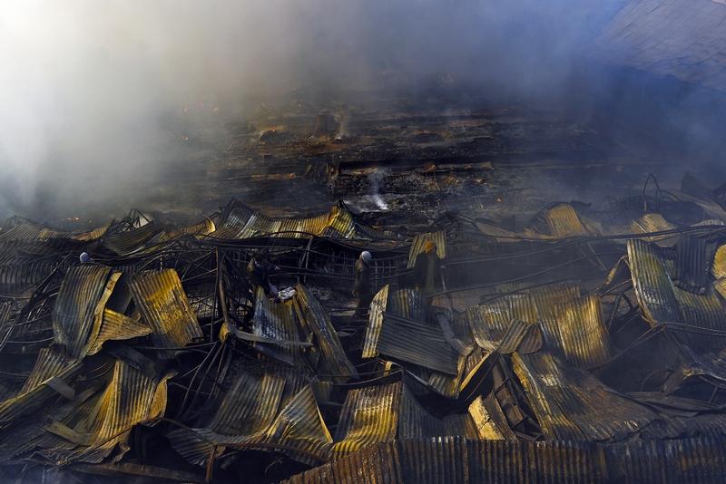 Пригород Кабула, Афганистан, 23 декабря. Сильный пожар ранним утром уничтожил большинство из 500 торговых палаток на рынке, расположенном неподалёку от Кабула. Фото: MASSOUD HOSSAINI/AFP/Getty Images