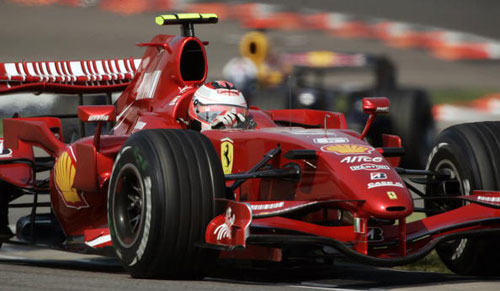 Пилот команды Феррари Кими Райкконен (Kimi Raikkonen) участвует в гонках в течении квалификации Гран-при США. Фото: JEFF HAYNES/AFP/Getty Images