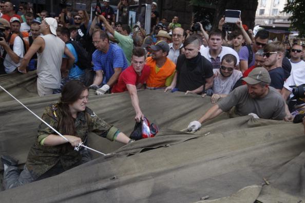 Прибирання Майдану 9 серпня 2014 року. Фото: Vladimir Shtanko/Anadolu Agency/Getty Images