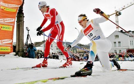 Завершальні секунди змагання. Норвежець Тронда Іверсена (Trond Iversen) все ж таки обганяє шведа Emil Joensson. Фото: DANIEL SANNUM-LAUTEN/AFP/Getty Images