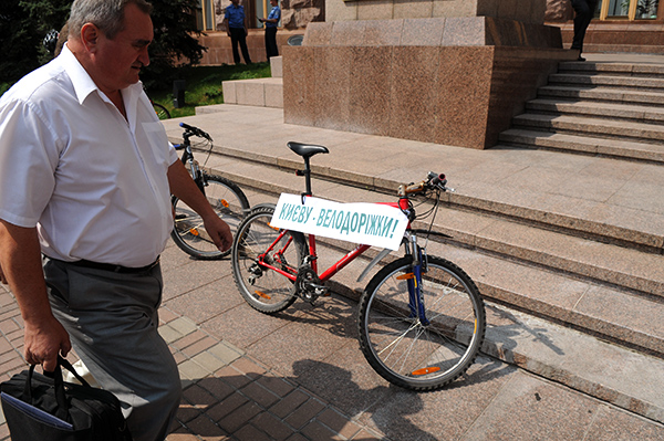 Велосипедисти біля будівлі столичної мерії вимагають прокласти велодоріжки в Києві, під час акції Велонаїзд 7 серпня 2010 року. Фото: Володимир Бородін/The Epoch Times