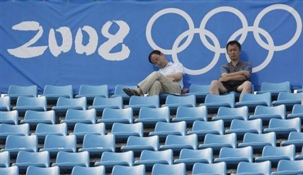 Полупустые трибуны перед соревнованиями. Фото: BEHROUZ MEHRI/AFP/Getty Images Скучающие зрители. фото: AP