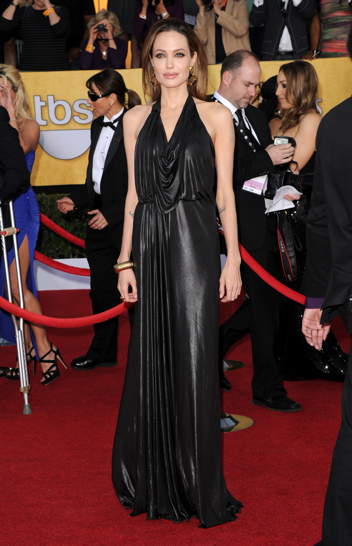 Анджелина Джоли в чёрном драпированном платье от Jenny Packham. Фото: Jason Merritt/Getty Images