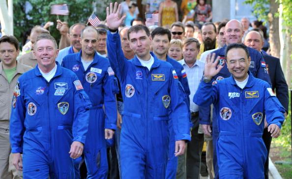Экипаж корабля «Союз ТМА-02М». Слева направо: Майкл Фоссум, Сергей Волков, Сатоши Фурукава. Фото: VYACHESLAV OSELEDKO/AFP/Getty Images