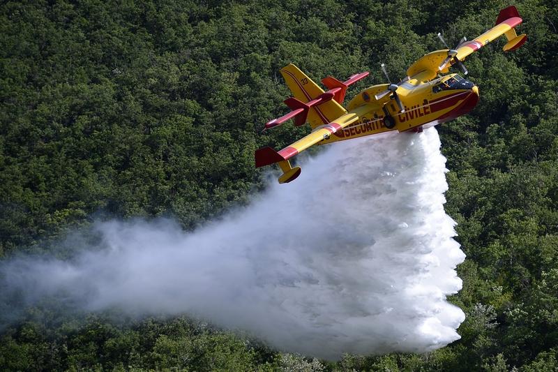 Дінь-ле-Бен, Франція, 16 липня. Літак Canadair скидає воду в рамках демонстраційного гасіння лісової пожежі. Фото: BORIS HORVAT/AFP/GettyImages