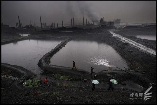 В посёлке Лунмэнь провинции Шэньси быстрыми темпами развивается промышленность, нанося большой ущерб окружающей среде. 8 апреля 2008 год. Фото: Лу Гуан