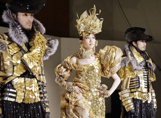 На ежегодном фестивале в Токио студенты показали одежду, украшенную   монетами из чистого золота.  01 ноября 2007г. Фото: YOSHIKAZU TSUNO/AFP/Getty Images
