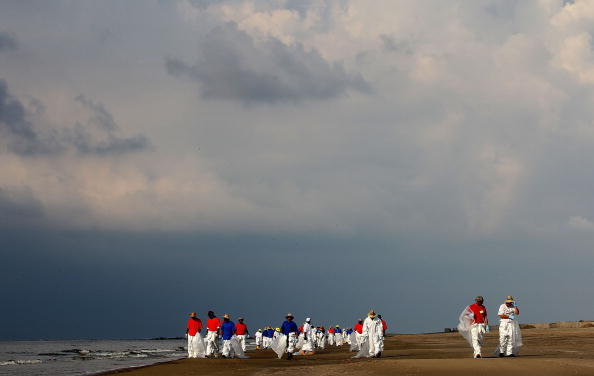 Экологическая катастрофа. Разлив нефти в Мексиканском заливе называют «американским Чернобылем». Рабочие заключившие контракт, убирают берег каждое утро. Фоторепортаж. Фото: Win McNamee/Getty Images