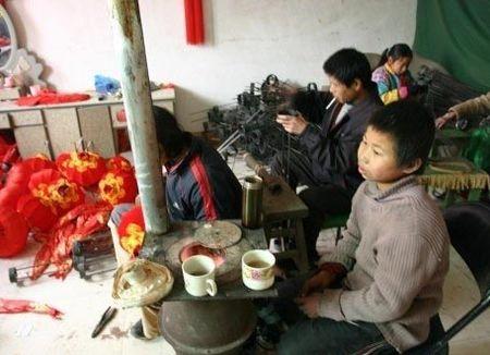 Рабский труд детей в Китае: Изготовление красных фонарей . Фото epochtimes.com