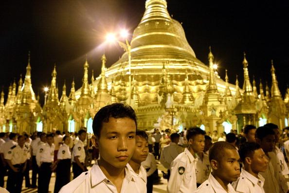 Органи бірманської безпеки стоять на сторожі у той час, як держсекретар США Хілларі Клінтон здійснює тур по пагоді Шведагон 1 грудня 2011 в Янгоні, М'янмі. Фото: Paula Bronstein/Getty Images