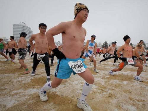 В Южной Корее в честь снежного фестиваля провели марафон на 5 и 10 км. Фото: CHOI WON-SUK/AFP/Getty Images