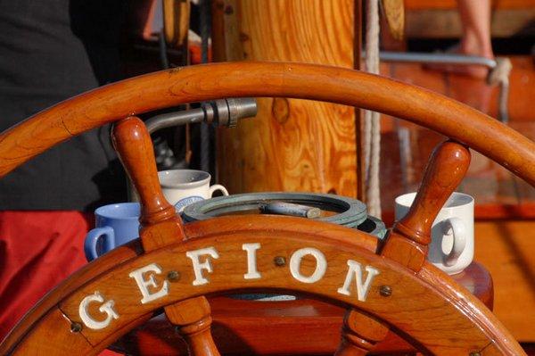 Штурвал акульего куттера Gefion. Судно построено в 1932 году в Дании. На протяжении 50 лет использовалось в рыболовстве. С 1986 года прогулочный корабль, позволяющий оценить особенности традиционного плавания под парусом. Фото: Archiv Hanse Sail Rostock