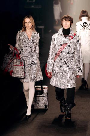 Красиві дівчата ходять по подіуму демонструючи колекцію Осінь /Зима 2006. фото: PIERRE VERDY/AFP/Getty Images