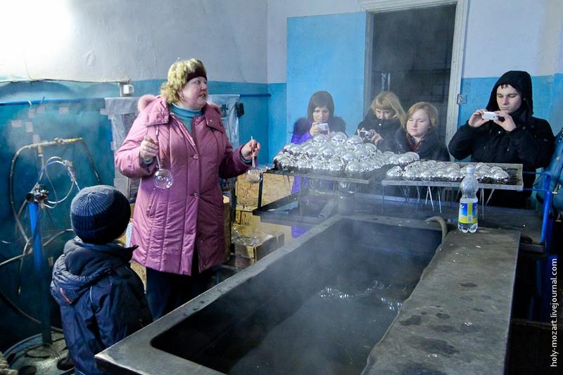Зеркальный блеск получается за счёт химической реакции «серебряного зеркала». Через «ножку» внутрь шаров заливается раствор соли серебра, аммиачной и дистиллированной воды. Фото: holy-mozart.livejournal.com