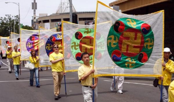 Участники шествия несут изображения Фалунь – знака Фалуньгун. Мельбурн, Австралия. 3 декабря 2009 г. Фото: Чен Мин/The Epoch Times