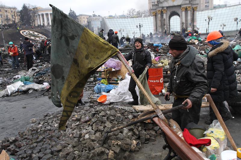 Демонстранти несуть поранених під час зіткнень з правоохоронцями на Майдані Незалежності. Київ, 20 лютого 2014 р. Фото: J Mitchell/Getty Images