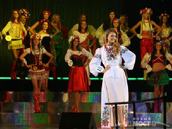 Участницы конкурса продемонстрировали выход в национальных костюмах. Фото: Дмитрий Шведчиков, Борис Крупник/ИА «Новый мост»