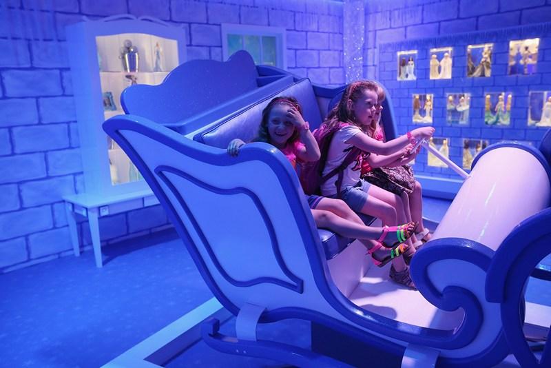 Берлин, Германия, 16 мая. Дети играют на выставке «Дом мечты Барби». Фото: Sean Gallup/Getty Images