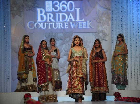 Показ колекції від Shaiyanne Malik на Пакистанському тижні моди. Фото: Photo credit should read ASIF HASSAN/AFP/Getty Images