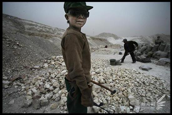15-річний хлопчик із провінції Ганьсу. Він кинув школу після другого класу і разом з батьками приїхав на заробітки до провінції Хейлунцзян. Працюючи в антисанітарних умовах, в день він заробляє 16 юанів ($ 2,2). 8 квітня 2005 р. Фото: Лу Гуан