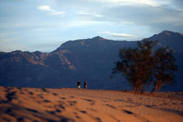 Безжиттєвість Долини Смерті зачаровує, і людина виглядає неспроможною та беззахисною у підкоренні цієї дикої природи. Фото: GABRIEL BOUYS/AFP/Getty Images