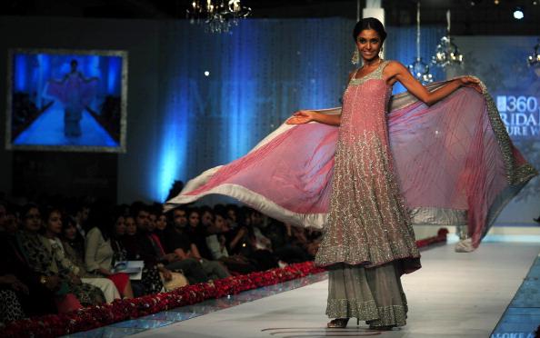 Показ коллекции от Mehdi Пакистанской недели моды. Фото: Photo credit should read ASIF HASSAN/AFP/Getty Images