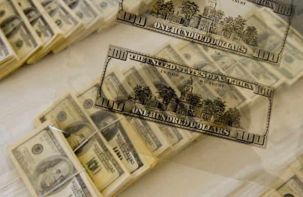 Плівка, за допомогою якої друкуються 100-доларові купюри. Фото: LUIS ROBAYO/AFP/Getty Images