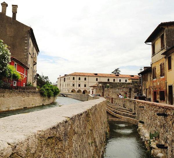 Стародавня споруда: замок Serravalle (на задньому плані) був побудований в 13 столітті. Фото з сайту theepochtimes.com