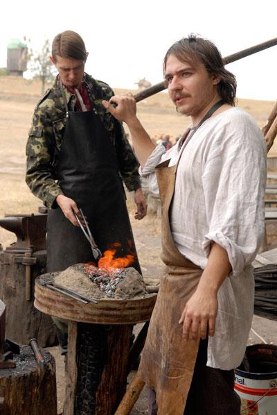 Кузнец изготавливает подковы на фестивале «Казацкие звитяги 2009». Фото: Владимир Бородин/The Epoch Times