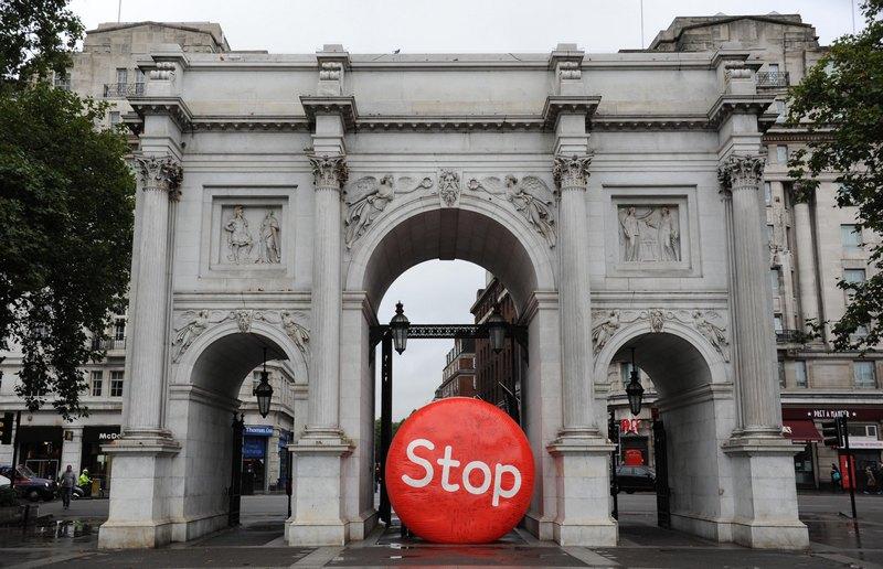 Лондон, Англія, 1жовтня. Червона куля з написом «Стоп» перегороджує один з проходів під Мармуровою аркою. У країні розпочато масовий рух, спрямований на заборону куріння. Фото: Stuart Wilson/Getty Images for The Department of Health