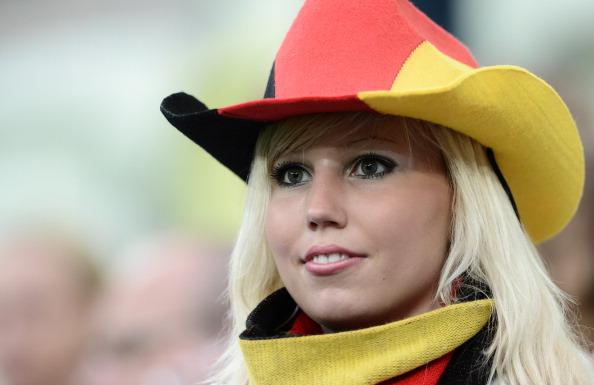 Шанувальниця збірної Німеччини чекає початку матчу Німеччини проти Греції 22червня 2012року, Арена Гданськ. Фото: ARIS MESSINIS/AFP/Getty Images