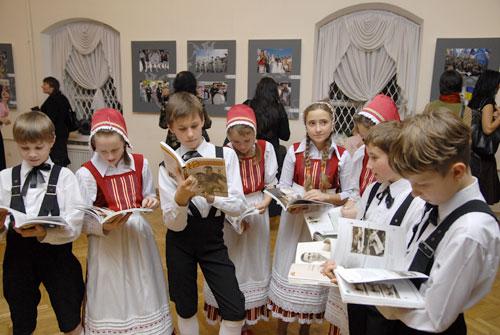 Дети рассматривают книги подаренные Виталием Кличко на фотовыставке в Музее книги и печати Украины. Фото: Владимир Бородин/Великая Эпоха.