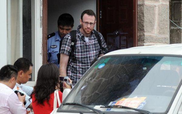 Незаконно задержанного корреспондента выпускают из полицейского участка в Пекине. Фото: JEWEL SAMAD/AFP/Getty Images