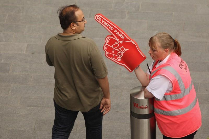 Лондон, Англія, 17 липня. «Олімпійський парк? Вам туди», — країна готується до проведення олімпіади. Фото: Oli Scarff/Getty Images