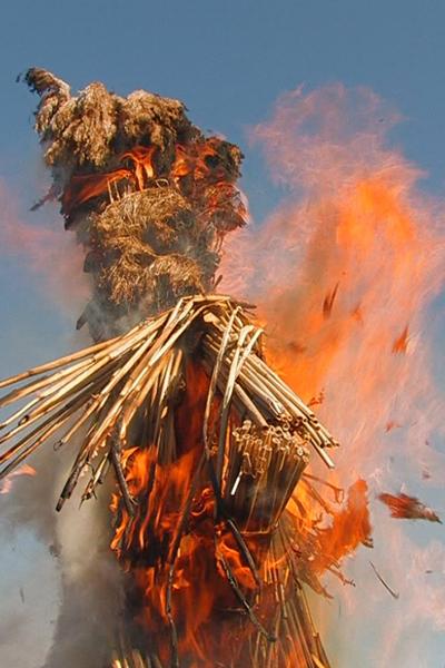 Соломенный дидух полыхает в огне, символизируя прощание с зимой. Фото: NTD