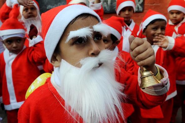 Дети переодетые в костюмы Санта-Клаусов участвуют в школьных мероприятиях. Индия. Фото: NARINDER NANU/AFP/Getty Images