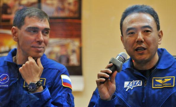 Космонавты Сергей Волков (слева) и Сатоши Фурукава на предполетной пресс-конференции. Фото: VYACHESLAV OSELEDKO/AFP/Getty Images
