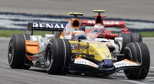 Пилот команды Рено Хейкки Ковалайнен участвует в гонках седьмого этапа чемпионата мира Формулы-1 – Гран-при США. Фото: JEFF HAYNES/AFP/Getty Images