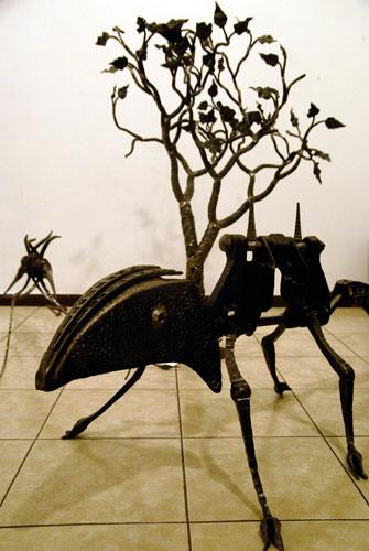 Металический динозавр на выставке Ковальське сузіря. Фото: Великая Эпоха