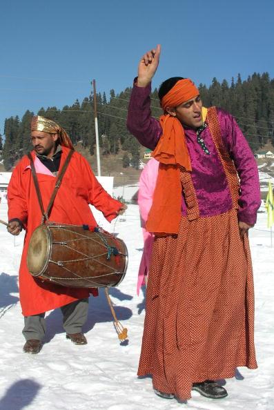Представители этнической группы Кашмир празднуют снежный фестиваль на горнолыжном курорте Гульмарг. Индия. Фото: IZHAR WANI/AFP/Getty Images