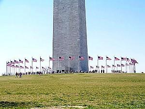 Флаги, окружающие монумент Вашингтона, были размещены по особому поводу. Фото: Энни Пилзберри/The Epoch Times