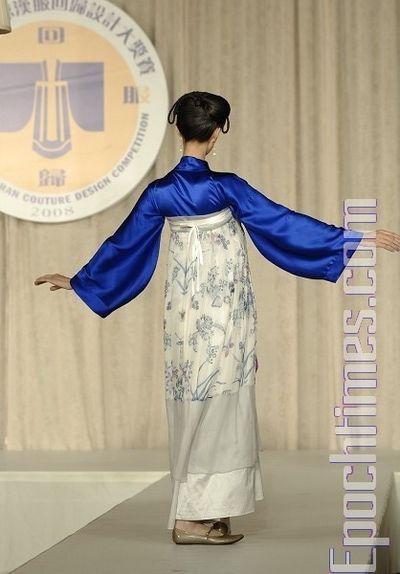 Золотая медаль: Модель «Мгновения» автора Ван Чжаоцин в номинации «Парадный костюм». Конкурс костюма династии Хань, организованный телевидением NTD состоялся в зале Принца Джорджа на Манхэттене 19 октября 2008 года.Фото: The Epoch Times