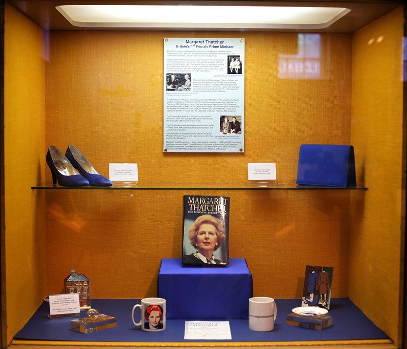 Грэнтем, Англия, 8 апреля. В городском музее открыта экспозиция вещей Маргарет Тэтчер, скончавшейся на 88-м году жизни. Фото: Rosie Hallam/Getty Images
