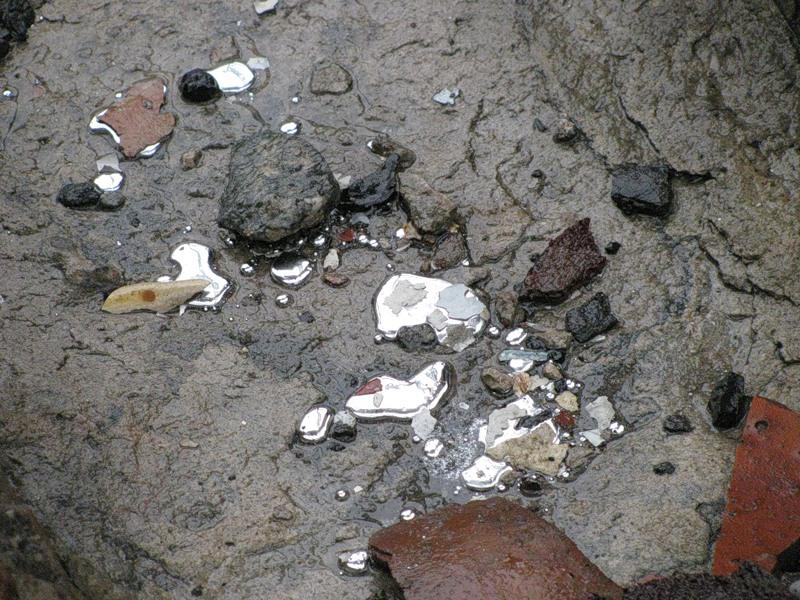 Ртуть, розлита на поверхні занедбаних приміщень заводу «Радикал». Фото: Олексій Батченко/oleksiy-b.livejournal.com
