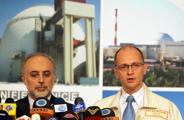 Али Акбар Салехи, вице-президент Ирана, руководитель Организации по атомной энергии Ирана (справа) и Сергей Кириенко, генеральный директор корпорации Росатом (справа). Фото: ATTA KENARE/AFP/Getty Images