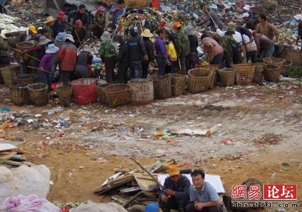 Люди з бідних районів, на звалищі вони перебирають сміття і шукають речі придатні для використання або здачі на вторинну переробку. Фото: http://bbs.163.com