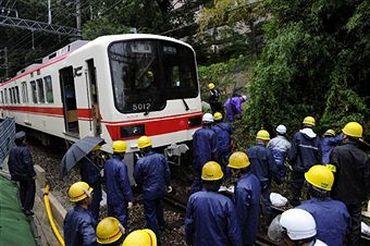 Кобе, Японія, 21 вересня. Робітники розчищають залізничні колії від бруду, внаслідок зсуву. Фото: Getty Images