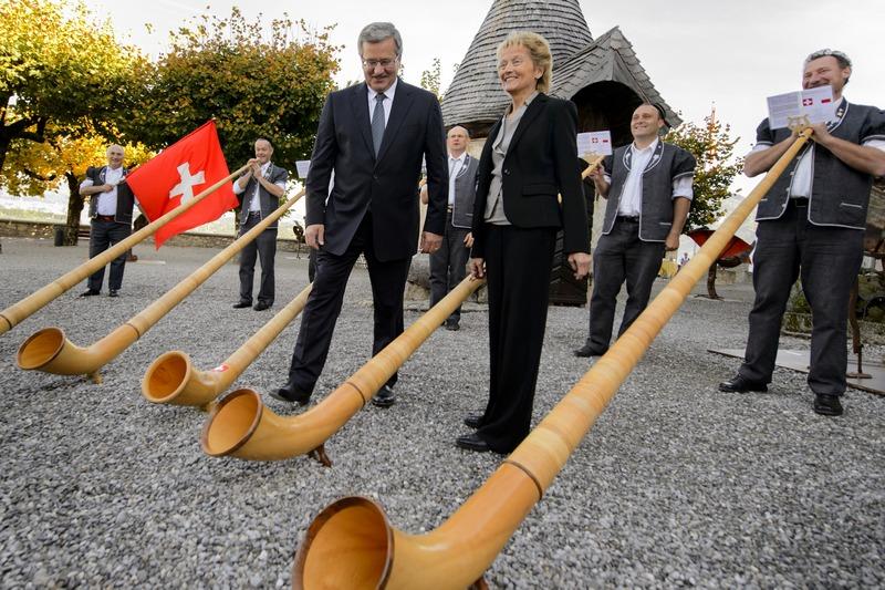 Грюйер, Швейцария, 5 октября. Президента Польши Бронислава Коморовского приветствовали звуками альпийского рога. Фото: FABRICE COFFRINI/AFP/GettyImages