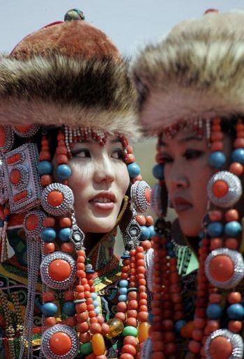 Модели в монгольских традиционных костюмах. Внутренняя Монголия, 25 июля 2005 г. Фото: AFP/Getty Images